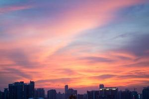 flammande moln på natten och guangzhou stadshorisont foto