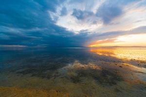 tropiskt hav solnedgång foto