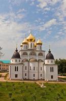 bakifrån av sovsalskatedralen (1512) i Dmitrov, Ryssland foto