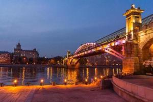 invallning av Moskva-floden. andreevsky bridge på kvällen
