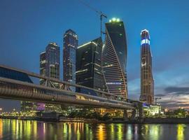 Bagration Bridge och Business Center Moskva-staden. foto