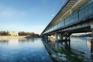 Moskva-floden, luzhnetskaya-bron (tunnelbanebrygga) och strandpromenaden foto