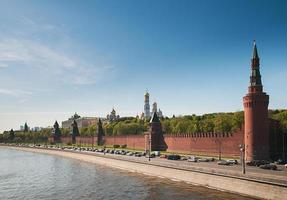 kremlvägg i Moskva på solig dag foto