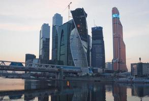 Moskva affärscentrum vid solnedgången