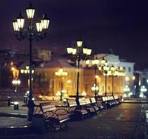 bänkar natt stad foto