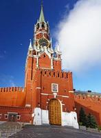 klocktorn i Moskva kreml med vita moln foto