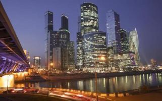 moskva stad - Moskva internationella affärscentrum på natten, rus foto