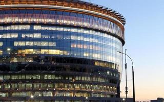 modern kontorsbyggnad med stora fönster på natten foto