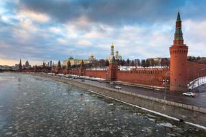 Moskva flod och kremlin invallning på vintern foto