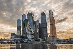 affärscentrum moskva-staden vid solnedgången. foto