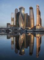 Moskva stadens affärscentrum vid soluppgången foto