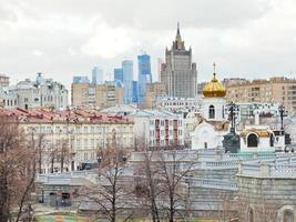 stadsbilden i Moskva med katedralen och skyskrapa foto