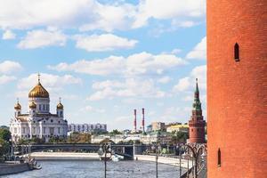 katedralen för Kristus frälsaren och kremlntornen foto