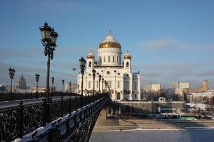 moskva. Kristus frälsarkatedralen och den patriarkala bron foto
