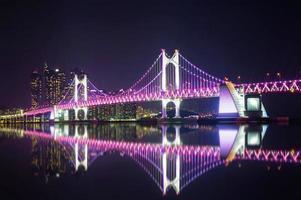 gwangan bridge och haeundae på natten i busan foto