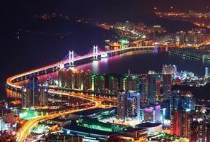 gwangan bridge och haeundae på natten i busan, foto