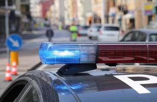 de blå och röda blinkande sirenerna från en polisbil foto