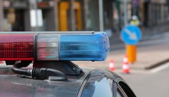 blå och röda blinkande sirener av polisbil foto