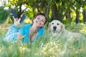 attraktiv tjej med hund foto