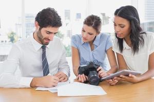 affärsmän som använder en kamera foto