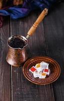 turkiskt kaffe och turkisk glädje över mörk träbakgrund foto