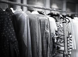 herrskjorta på klädställ foto