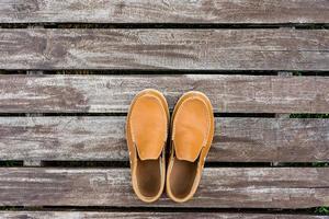 mäns läderskor på gammal träbakgrund foto