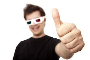 män i stereoglas visar ok symbol. foto