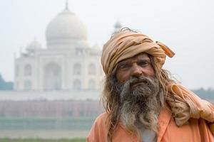 de gamla männa (sadhu) stannar nära taj mahal, agra, foto