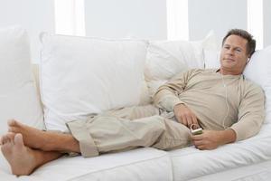 äldre man lyssnar på musik foto