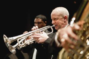 trompetspelare i orkester foto