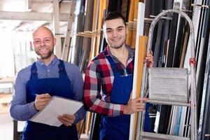 arbetare på fabrik med chef foto