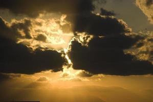 solnedgång bakom molnen foto