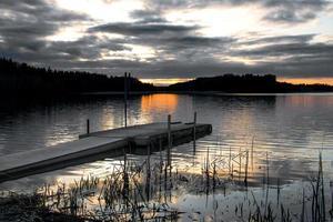 brygga vid solnedgången foto