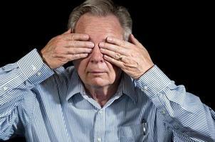 affärsman med händerna på ögonen gester ser inget ont foto