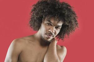 porträtt av ung man i studion foto
