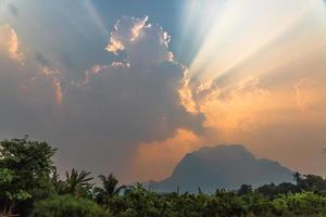 solnedgång i moln foto