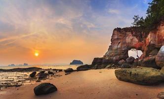 kusten i solnedgången foto