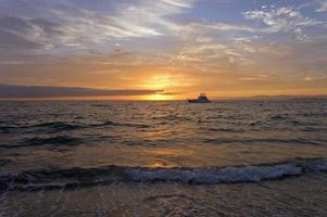 solnedgång havsbåt foto