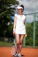kvinnlig spelar tennis foto