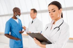 säker kvinnlig läkare. foto