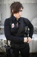 beväpnad kvinnlig vakt foto