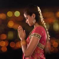 indisk kvinnlig bön foto