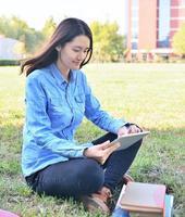 kvinnliga studenter som använder surfplatta foto