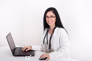 kvinnlig läkare med laptop foto