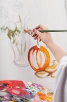 kvinnlig målad stilleben foto
