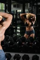 kvinnlig kroppsbyggare som visar abs foto