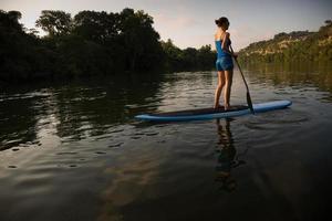 kvinnlig stand-up paddler