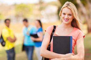 vacker kvinnlig högskolestudent foto