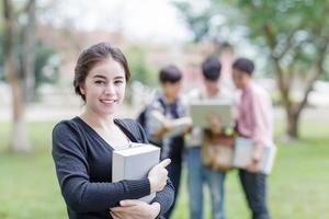kvinnlig student som ler på universitetet foto